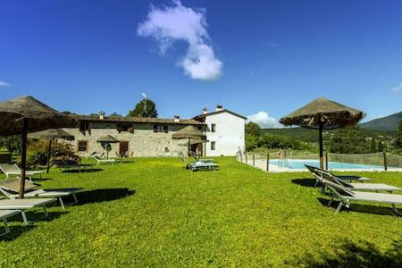 Tranquila casa de vacaciones en Salò con piscina