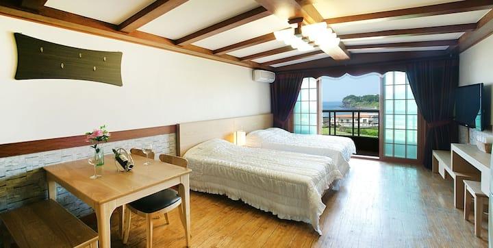 푸른잔디와 쪽빛바다가 어울어진 침대 2개 3인기준 환상 룸