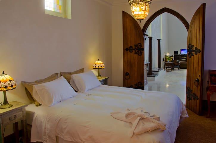 Master King suite. Egyptian cotton bedlinens.