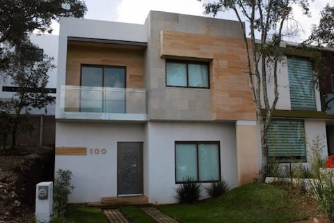 Casa en altozano con hermosa vista y vegetación