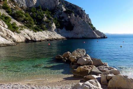 Les calanques près de Marseille - Le Rove - House