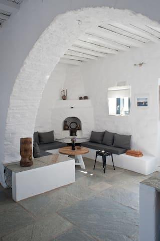 Le salon depuis la cuisine avec l'arche en pierre et sa cheminée traditionnelle