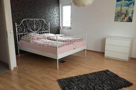 Wunderschönes helles Zimmer direkt am Main - Hochheim am Main - Rekkehus