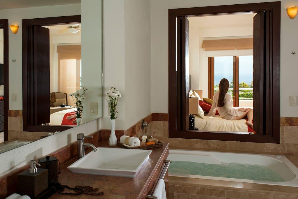 Baño con Jacuzzi en Recámara Principal