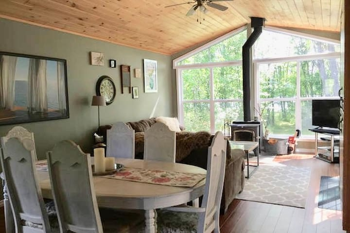 Lakefront Cozy Cottage, wood stove, 2.5hrs to T.O