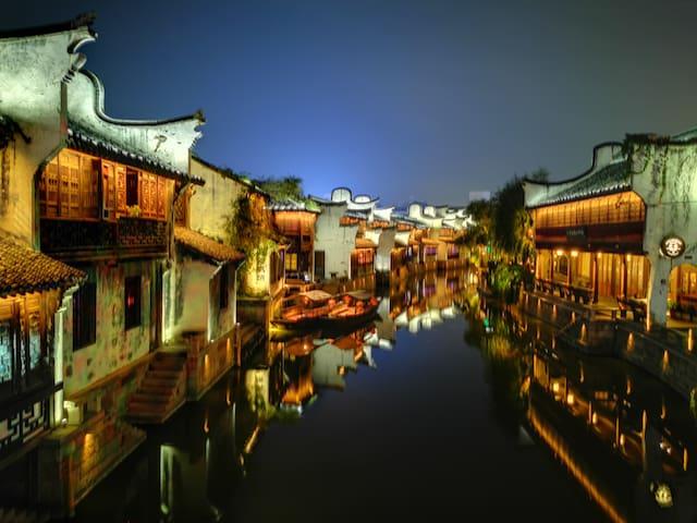 《月河古镇》夜景很漂亮,屋内含净水器,小秋千,主卧+独立卫生间,毗邻南湖景区。