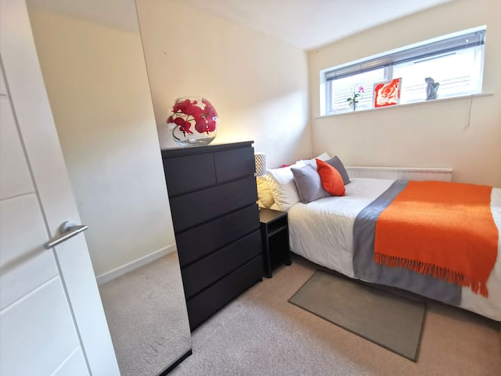 Tidy Double Bed in Quiet Clean, non-smoking house