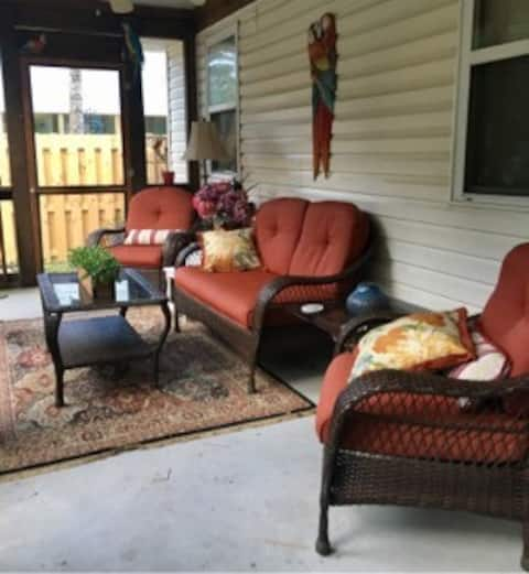 Large screened in porch. Relax under the ceiling fan. Relax, Read a book or connect to WiFi.