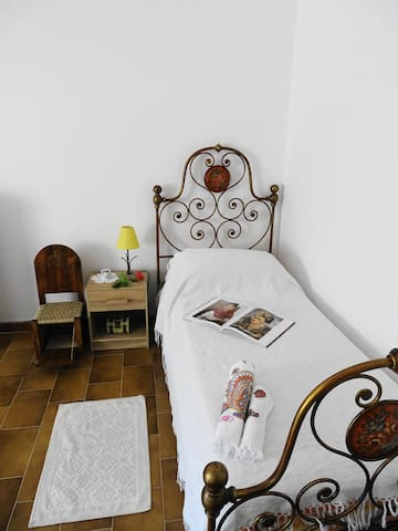 B&B Casa Frida: Camera letti singoli Casa Azul - Ploaghe - Bed & Breakfast