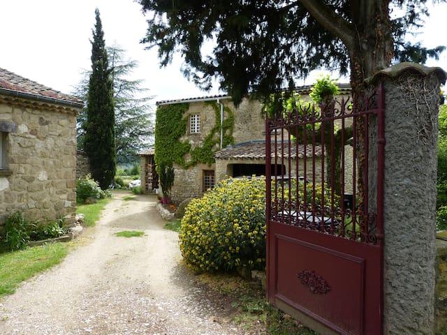 Chambre d'hôtes dans belle propiété en pierre - Ourches - Hus