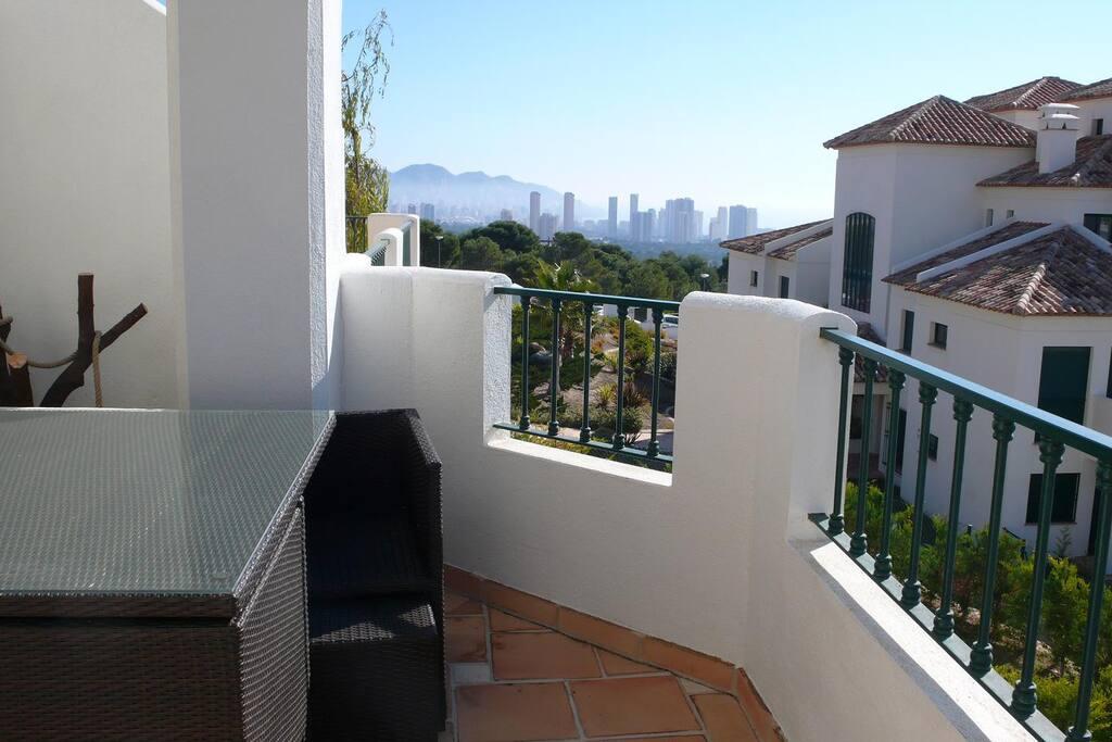 Terraza cubierta  con imponentes vistas de 180º a mar y montaña, y comfortable mesa con 4 sillones con reposa pies independientes.