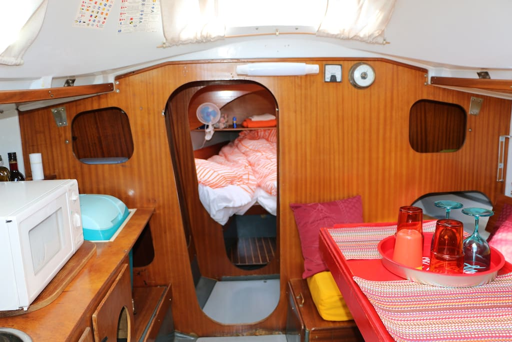 équipement pour repas à bord (wc chimique de dépannage! toilettes et douches sur le port)