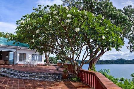 Bird's-eye view villa, over the sea... with cook - Puerto Galera - 別荘