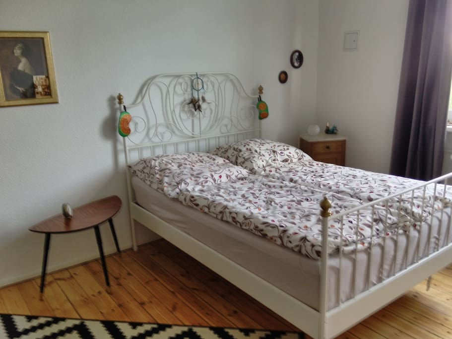 Your room (with queen bed) / Dein Zimmer (mit Doppelbett)
