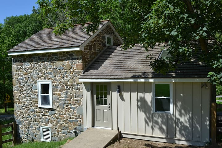 Renovated Historic Spring Cottage - Chester Springs