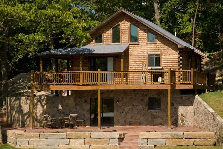 Log Cabin, 5 BR'S,  on the Lake. Bagnell Dam area