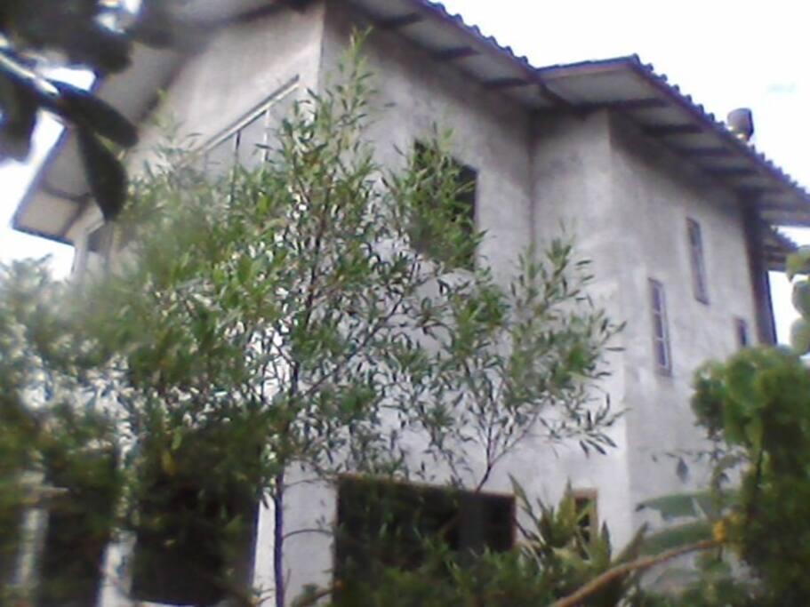 Casa com 2 pisos..varanda e sacada..!