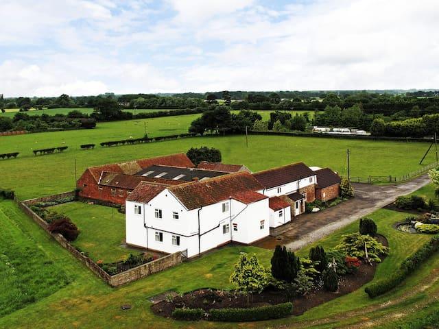 Deighton Lodge York - Luxury Farmhouse Sleeps 26