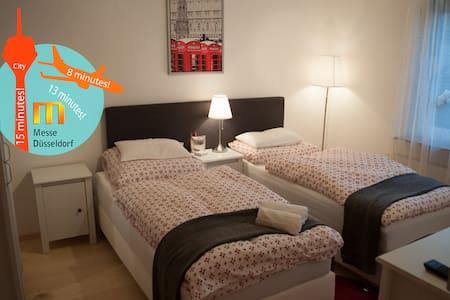 Nice room close to airport+fair - Düsseldorf - Bed & Breakfast