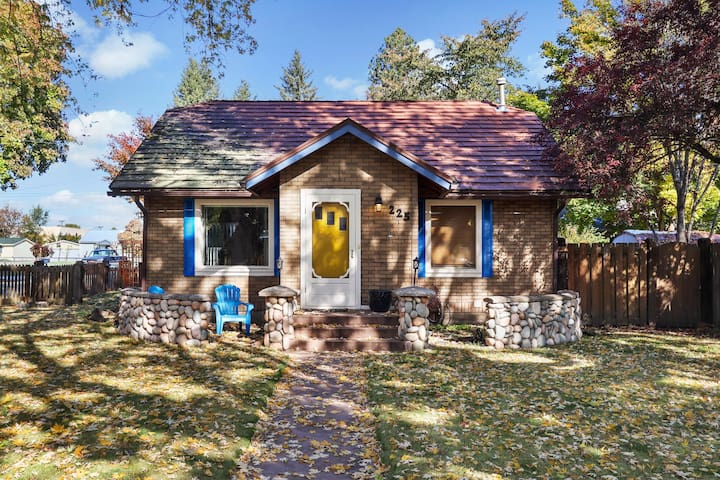 Charming, dog-friendly cottage with everything you need within walking distance!