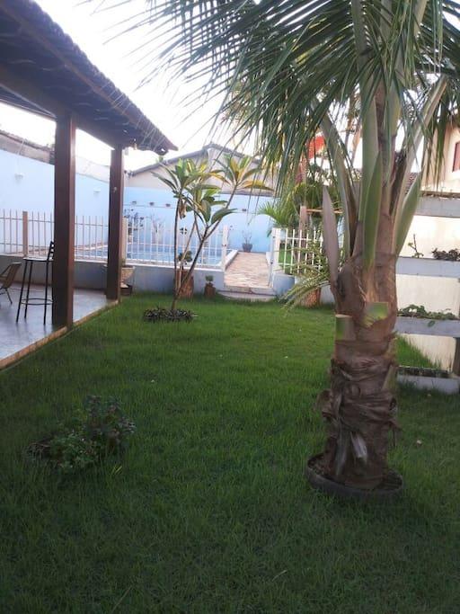 gramado de acesso a piscina e area de lazer