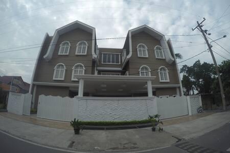 Nonie's Huis (Medan) - Konukevi