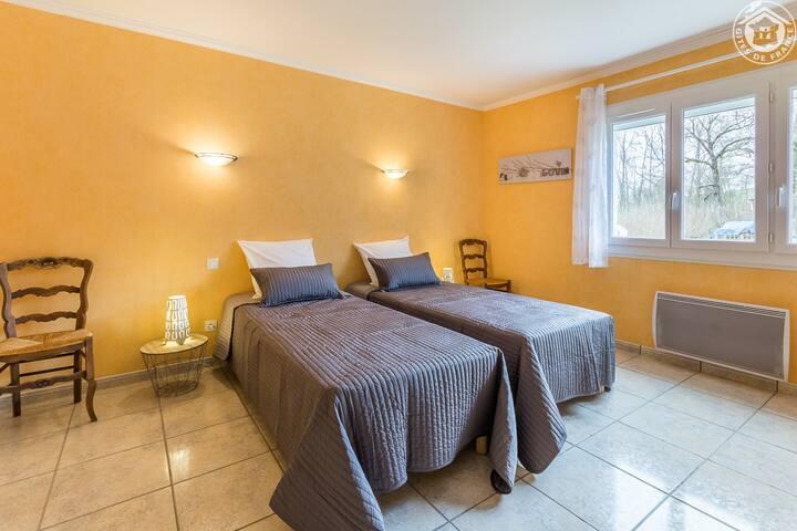 Chambre avec 2 lits séparés logement du 1er étage