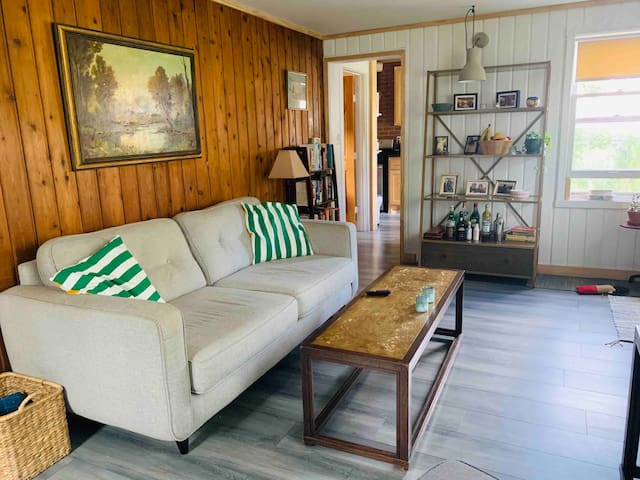 Cabin living in charming convient neighborhood