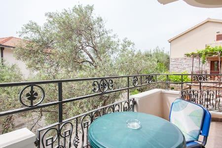 Green Apartment in private villa - Sveti Stefan