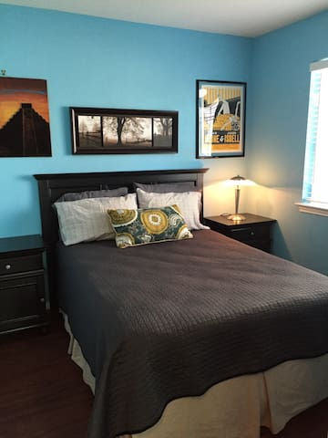 Bedroom with Shared Bathroom - Lockhart