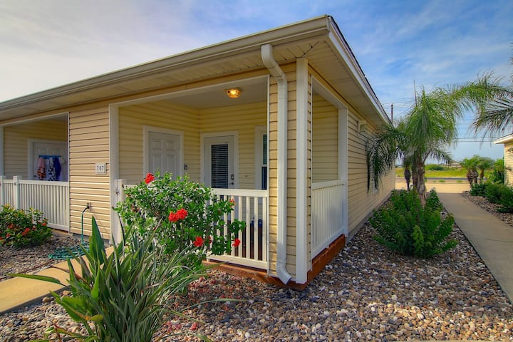 Family-friendly w/ shared pool - close to the Schlitterbahn Riverpark & beach!