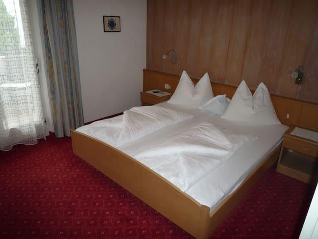 Ruhig wohnen in historischen Mauern - Dorf Tirol - Bed & Breakfast