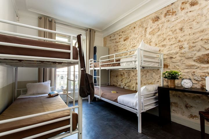 Bed in a 6 bed Dormitory in hostel near Montmartre