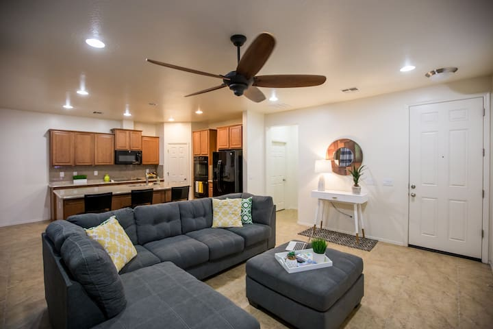 Entire Modern Home 2BR/2.5BR walkable to Westgate