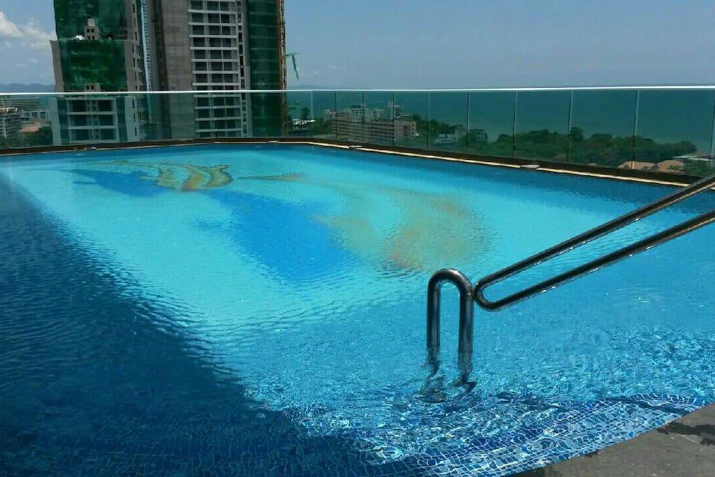 มีสระว่ายน้ำ ฟิตเนส เซาวน่า สระกุซี่รัอน-เย็น สนามบาส ชั้น14