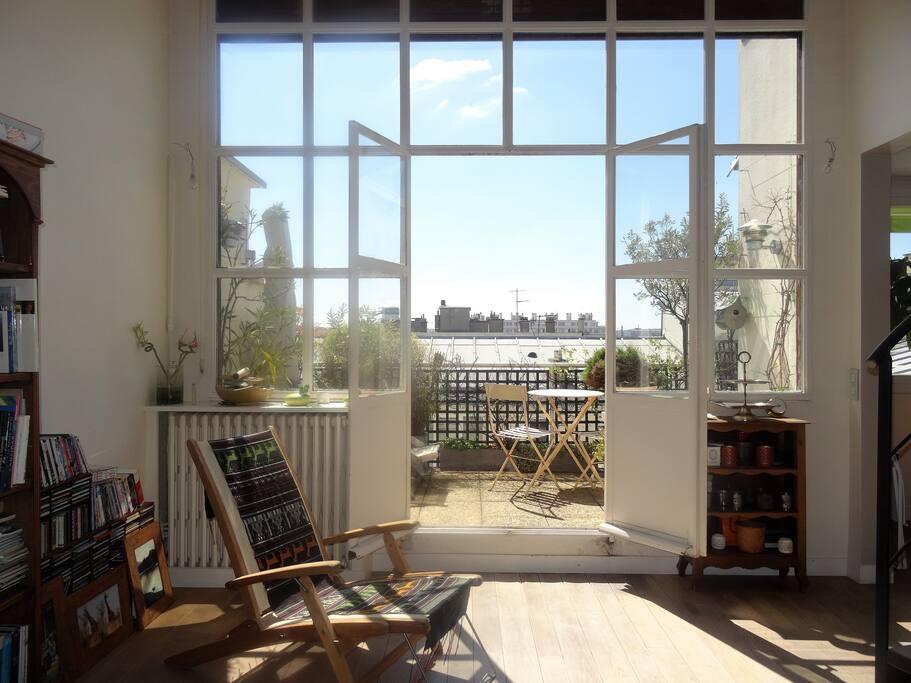 Esprit loft avec la grande verrière donnant sur terrasse plein Sud