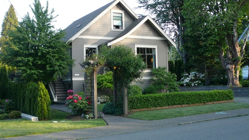Character home in the heart of town - Courtenay - Huis