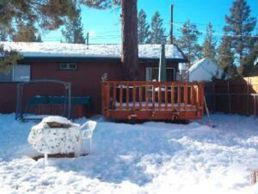 LARGE FENCED BACKYARD WITH     *JACUZZI* *DECK* *BARBECUE* *FIREPLACE*