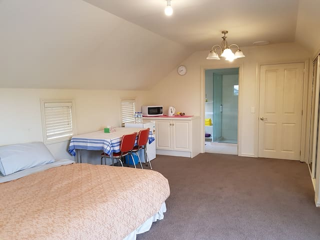 En-suite, Calm, Cosy, Close to UC/Airport/City
