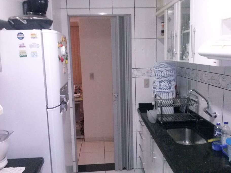 Cozinha equipada com Geladeira Duplex, fogão, microondas e utensilios