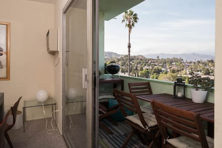 Experience life in trendy Silverlake. Your private room and bath in our apartment in a mid-century building offers great views of the Saint Gabriel mountains and is just a hop from bustling Sunset Junction. Lots of free street parking available.