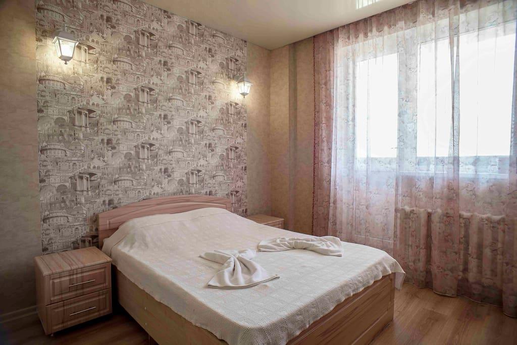 Спальня с просторной кроватью и удобной