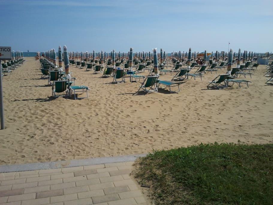 Spiaggia attrezzata antistante il condominio