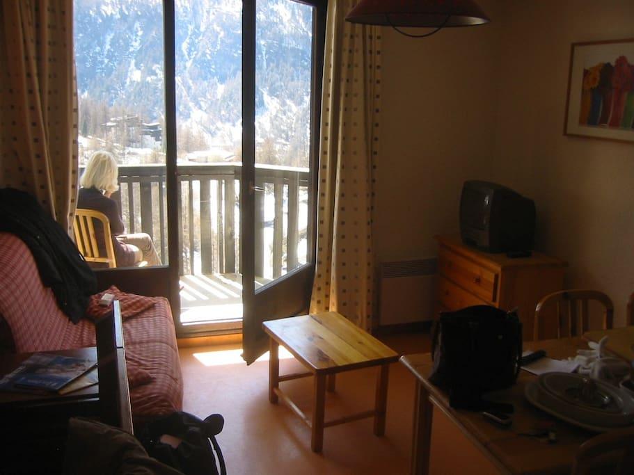 salle avec balcon donnant sur la vallée