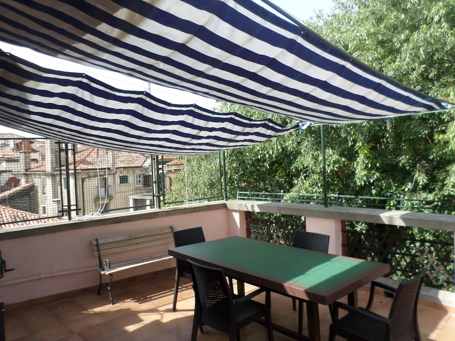 terrazza con tenda parasole