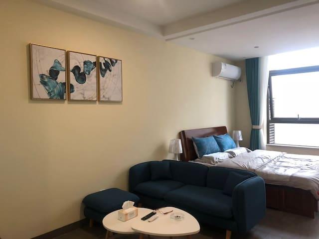 凉都印象城一一六盘水市高端品质公寓房一室(面积51平)整租,城市中心,交通便利、周边配套齐全。