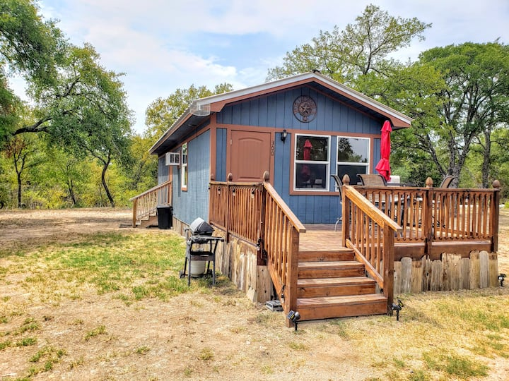 Shady Oaks cozy cottage near Sweet Berry Farm.