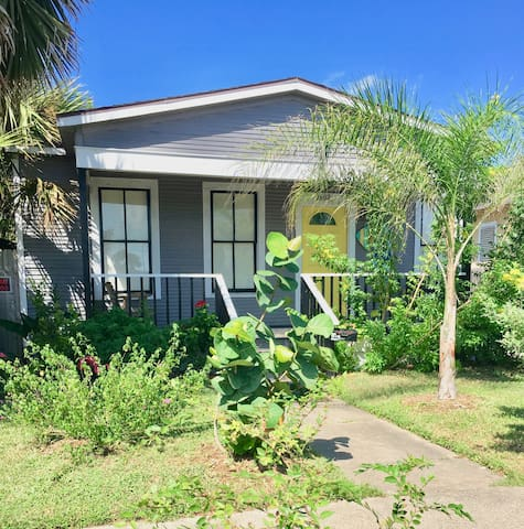 2 Bdr Home 1 blk from Seawall! Off street parking!