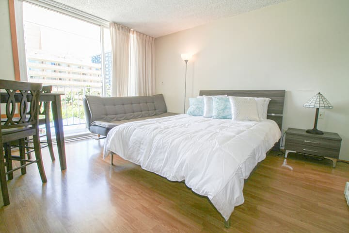 Affordable Studio with Free Parking in Waikiki!