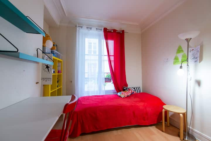 Small cozy montmartre room